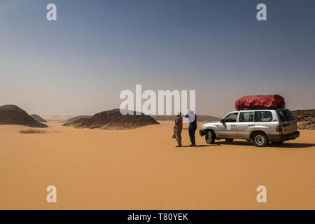Expedition Jeep in the desert between Ounianga Kebir and Faya, northern Chad, Africa - Stock Photo