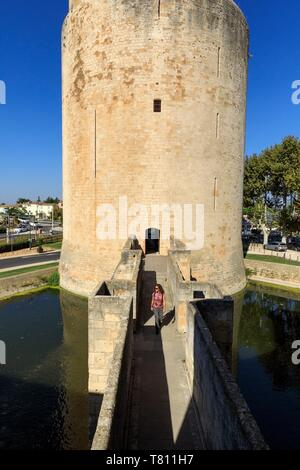 France, Gard, Regional Natural Park of Camargue, Aigues Mortes, place Anatole France, Les Remparts - Stock Photo