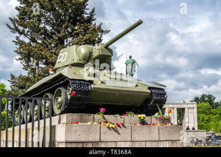 Germany, Berlin, Tiergarten, 8th May 2019, Soviet soldiers are remembered in a wreath-laying ceremony on the anniversary of VE Day on the 8 May. Official bodies lay floral wreaths and people deposit floral tributes and candles around the monument. The Soviet Memorial in Tiergarten commemorates the 80,000 Soviet soldiers who fell during the Battle of Berlin in the last weeks of the Second World War in Germany. The war memorial on Straße des 17. Juni was designed by architect Mikhail Gorvits with the sculpture of the Soviet soldier by sculptors Vladimir Tsigal and Lev Kerbel. - Stock Photo