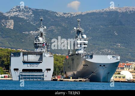 France, Var, Toulon, the naval base (Arsenal), Mistral (L9013) lead ship of the amphibious assault ship, a type of helicopter carrier, of the French Navy and the Tonnerre (L9014) that is an amphibious assault helicopter carrier of the Mistral class - Stock Photo
