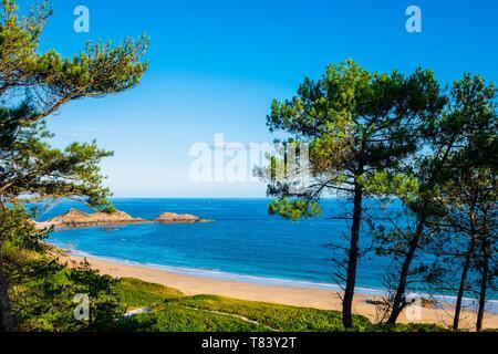 France, Cotes d'Armor, Erquy, Lourtuais beach in the heart of Erquy Cape - Stock Photo