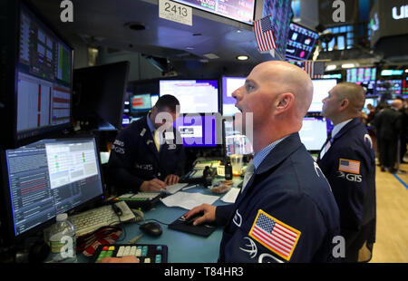 New York, USA. 10th May, 2019. Traders work at the New York Stock Exchange in New York, the United States, May 10, 2019. U.S. stocks closed higher on Friday. The Dow Jones Industrial Average increased 114.01 points, or 0.44 percent, to 25,942.37. The S&P 500 rose 10.68 points, or 0.37 percent, to 2,881.40. The Nasdaq Composite Index was up 6.35 points, or 0.08 percent, to 7,916.94. Credit: Wang Ying/Xinhua/Alamy Live News - Stock Photo