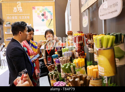 Beijing, China. 10th May, 2019. A staff member introduces degradable gel pen during China Brand Day 2019 at Shanghai Exhibition Center in Shanghai, east China, May 10, 2019. Credit: Fang Zhe/Xinhua/Alamy Live News - Stock Photo