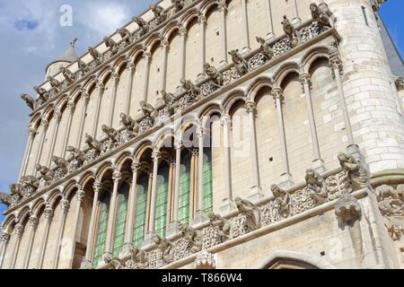 France, Cote d'Or, Dijon, Gargoyles on facade of cathedral Notre Dame - Stock Photo