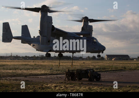 U.S. Marines with Special Purpose Marine Air-Ground Task Force-Crisis Response-Africa 19.2, Marine Forces Europe and Africa, conduct external-lift training at Naval Air Station Sigonella, Italy, May 1, 2019. SPMAGTF-CR-AF is deployed to conduct crisis-response and theater-security operations in Africa and promote regional stability by conducting military-to-military training exercises throughout Europe and Africa. (U.S. Marine Corps photo by Staff Sgt. Mark E. Morrow Jr.) - Stock Photo