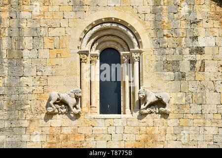 Spain, Catalunia, The Catalan Pyrenees, Garrotxa district, Besalu, the medieval town of Besalu, Roman church of Sant Pere of the 11th century part of a medieval benedictine monastery - Stock Photo
