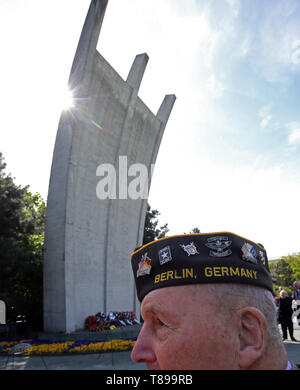 Berlin, Germany. 12th May, 2019. Airlift veteran Bill Woods from Utah takes part in a ceremony in front of the Airlift Monument to commemorate the end of the Berlin Airlift 70 years ago. During the Soviet blockade, the Western Allies supplied the western part of Berlin from 24 June 1948 to 12 May 1949 from the air. Credit: Wolfgang Kumm/dpa/Alamy Live News - Stock Photo