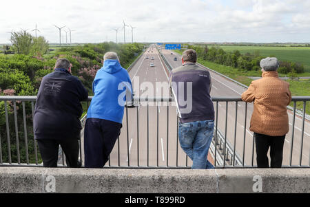Thurland, Germany. 12th May, 2019. On a motorway bridge over the A9, curious onlookers are waiting for a new edition of a historic record drive with the streamlined Hanomag diesel. Twelve years were needed by technology enthusiasts from the Hanover region to rebuild the legendary Hanomag diesel from 1938. In 1939 the original set four world records on the A9 between Bitterfeld and Dessau. However, a new edition with the replica failed due to engine problems. Credit: Jan Woitas/dpa-Zentralbild/dpa/Alamy Live News - Stock Photo