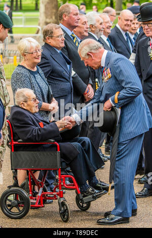 London, UK. 12th May, 2019. After the parade, Prince Charles meets Major Robert Hollinshead MBE, aged 101, who was the Regimental Adjutant of the 4th/7th Dragoon Guards – now the Royal Dragoon Guards on 6th June 1944 (D-day). His Royal Highness is also Colonel in Chief of the Royal Dragoons.- His Royal Highness The Prince of Wales, Field Marshal, Colonel in Chief 1ST The Queen's Dragoon Guards, takes the salute at the Annual Parade and Service of The Combined Cavalry Old Comrades Association at the Cavalry Memorial adjacent to the Bandstand in Hyde Park. It is 95 years on from the unveiling an - Stock Photo