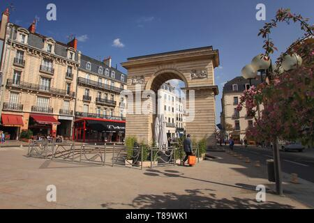 France, Cote d'Or, cultural landscape of climates of Burgundy listed as World Heritage by UNESCO, Dijon, The Guillaume Gate, neo classical triumphal arch, erected in honor of the Prince de Conde, governor of Burgundy on the place darcy in Dijon - Stock Photo