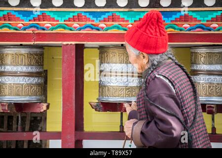 India, Jammu and Kashmir State, Himalaya, Ladakh, Indus valley,Leh (3500m), régional caital, woman turning prayer wheels at Buddhist temple of Gompa Soma (Chokhang) - Stock Photo