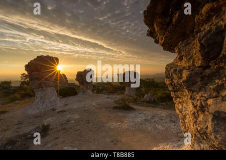 France, Alpes de Haute Provence, rocks of Mourres, Forcalquier, Luberon Regional Nature Park - Stock Photo