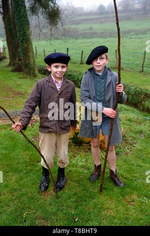 France, Eure, Sainte Colombe prÚs Vernon, Allied Reconstitution Group (US World War 2 and french Maquis historical reconstruction Association), children dressed as in the 1940s - Stock Photo
