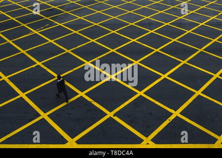 China, Hong Kong, Hong Kong Island, pedestrian crossing close to the Star ferry terminal on Hong Kong island - Stock Photo
