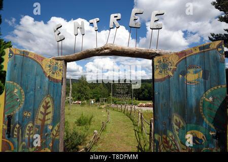 France, Vosges, Girmont Val d'Ajol, Girmont, garden Une Figue dans un Poirier, participative functioning, permaculture, garden entrance - Stock Photo