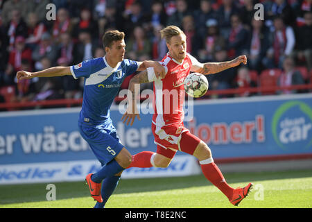 Berlin, Germany. 12th May, 2019. Soccer: 2nd Bundesliga, 1st FC Union Berlin - 1st FC Magdeburg, 33rd matchday. Magdeburg's Tobias Müller (l) and Unions Sebastian Polter in the duel. Credit: Jörg Carstensen/dpa - IMPORTANT NOTE: In accordance with the requirements of the DFL Deutsche Fußball Liga or the DFB Deutscher Fußball-Bund, it is prohibited to use or have used photographs taken in the stadium and/or the match in the form of sequence images and/or video-like photo sequences./dpa/Alamy Live News - Stock Photo