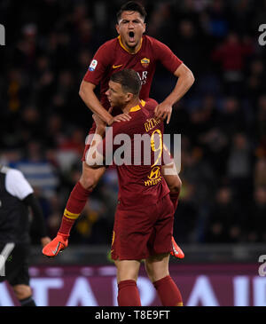 Rome, Italy. 12th May, 2019. Roma's Edin Dzeko (Front) celebrates his goal with his teammates during a Serie A soccer match between Roma and FC Juventus in Rome, Italy, May 12, 2019. Roma won 2-0. Credit: Alberto Lingria/Xinhua/Alamy Live News - Stock Photo