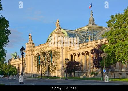 France, Paris, area listed as World Heritage by UNESCO, copper quadriga by Georges Recipon on the roof of the Grand Palais, allegorical work of art depicting Harmony triumphing over Discord - Stock Photo