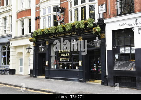 The Bishops Finger pub, 9-10 W Smithfield, Farringdon, London EC1A 9JR. Classic, informal pub with real ales on tap and meat sourced from nearby Smith - Stock Photo