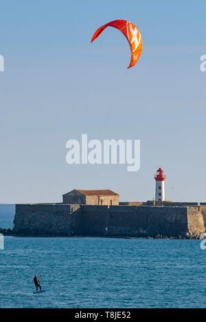 France, Herault, Agde, Cape of Agde, Kite surfer with Brescou Fort in background - Stock Photo