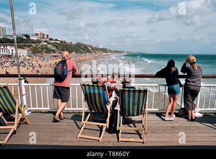 AJAXNETPHOTO - 2009. BOURNEMOUTH, ENGLAND. - CROWDS FLOCK TO THE BEACH ON A WARM SUMMER'S DAY.PHOTO:JONATHAN EASTLAND/AJAXREF:CD920082_29_27 - Stock Photo