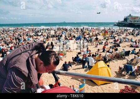 AJAXNETPHOTO - 2009. BOURNEMOUTH, ENGLAND. - CROWDS FLOCK TO THE BEACH ON A WARM SUMMER'S DAY.PHOTO:JONATHAN EASTLAND/AJAXREF:CD920082_35_33 - Stock Photo