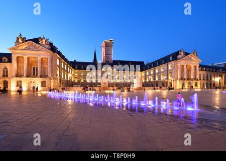 France, Cote d'Or, Cultural landscape of Burgundy climates listed as World Heritage by UNESCO, Dijon, fountains on the place de la Libération (Liberation Square) in front of the tower Philippe le Bon (Philip the Good) and the Palace of the Dukes of Burgundy which houses the town hall and the Museum of Fine Arts - Stock Photo