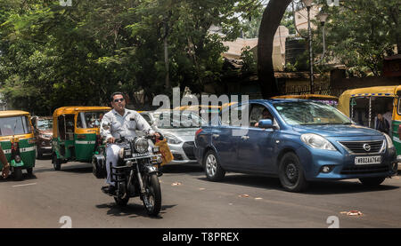 Kolkata, India. 14th May, 2019. Indian commuters travel through vehicles in Kolkata, India, May 14, 2019. India's automobile sector continued its bumpy ride for the fifth consecutive month in April with 20 percent drop in car sales and 16 percent drop in two-wheeler sales, compared with the same period last year. The drastic drop in sales was attributed to several factors including liquidity squeeze in the market, rising fuel cost, interest rates and insurance costs that has dampened consumer sentiment. Credit: Tumpa Mondal/Xinhua/Alamy Live News - Stock Photo