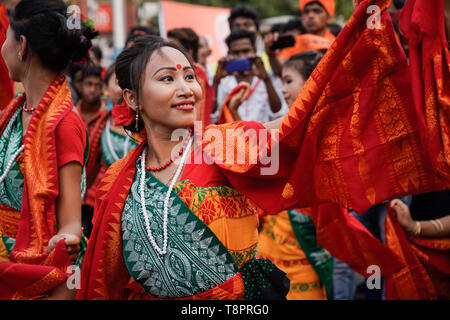 Kolkata, West Bengal, India. 14th May, 2019. A performer seen dressed in traditional costumes during the Show in Kolkata.Bharatiya Janata Party (BJP) president Amit Shah on Tuesday held a mega roadshow in Kolkata with support of party's candidates ahead of the final phase of Lok Sabha polls. Credit: Avijit Ghosh/SOPA Images/ZUMA Wire/Alamy Live News - Stock Photo