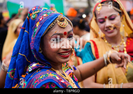 Kolkata, West Bengal, India. 14th May, 2019. Performers seen dressed in traditional costumes during the Show in Kolkata.Bharatiya Janata Party (BJP) president Amit Shah on Tuesday held a mega roadshow in Kolkata with support of party's candidates ahead of the final phase of Lok Sabha polls. Credit: Avijit Ghosh/SOPA Images/ZUMA Wire/Alamy Live News - Stock Photo