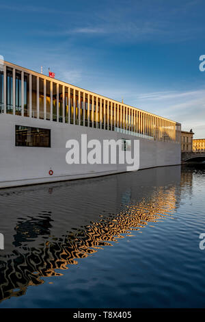 Architect David Chipperfield's new James Simon Gallery is an extension to the Neuesmuseum (New Museum) on Museum Island in Berlin. - Stock Photo