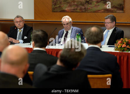 Budapest, Hungary. 14th May, 2019. L-R Head of Czech chamber of commerce Vladimir Dlouhy, Czech President Milos Zeman and Head of Hungarian chamber of commerce Laszlo Parragh debate with Czech and Hungarian entrepreneurs in Budapest, Hungary, on May 14, 2019. Czech President launched his three-day visit to Hungary in this day. Credit: Katerina Sulova/CTK Photo/Alamy Live News - Stock Photo