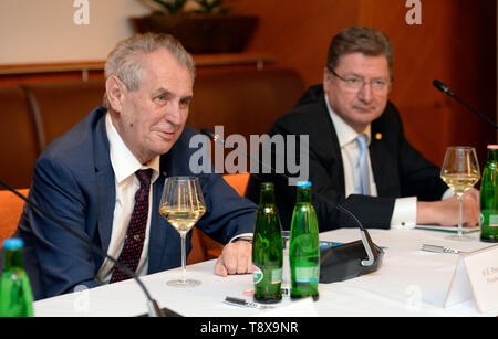 Budapest, Hungary. 14th May, 2019. L-R Czech President Milos Zeman and Head of Hungarian chamber of commerce Laszlo Parragh debate with Czech and Hungarian entrepreneurs in Budapest, Hungary, on May 14, 2019. Czech President launched his three-day visit to Hungary in this day. Credit: Katerina Sulova/CTK Photo/Alamy Live News - Stock Photo