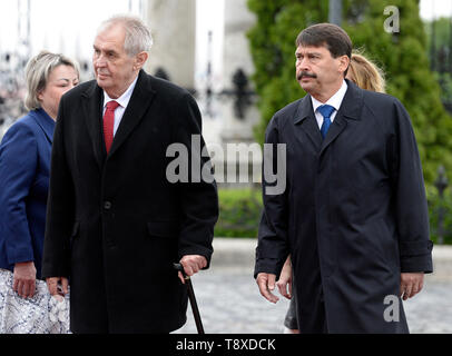 Budapest, Hungary. 15th May, 2019. Czech President Milos Zeman (2nd from left) and his wife Ivana Zemanova (left) meet with Hungarian President Janos Ader (right) and his wife Anita Herczegh (behind him) on May 15, 2019, in Budapest, Hungary. Credit: Katerina Sulova/CTK Photo/Alamy Live News - Stock Photo