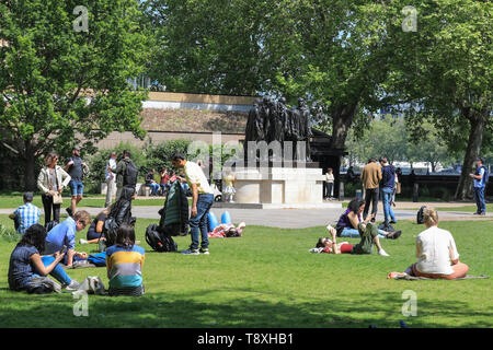 Westminster, London, UK. 15th May, 2019. People enjoy the lovely warm afternoon sunshine near the Burghers of Calais statue in Victoria Tower Gardens, Westminster. Credit: Imageplotter/Alamy Live News - Stock Photo