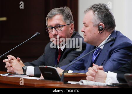 Sochi, Russia. 15th May, 2019. SOCHI, RUSSIA - MAY 15, 2019: Alfa-Bank Board Chairman Pyotr Aven (L) attends the inaugural meeting of the Sochi Dialogue Forum. Mikhail Metzel/TASS Credit: ITAR-TASS News Agency/Alamy Live News - Stock Photo