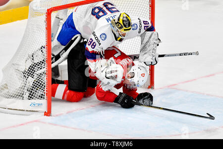Bratislava, Slovakia. 15th May, 2019. Gregory Hofmann (SWE), in red, and goaltender Henrik Holm (NOR) in action during the match between Switzerland and Norway within the 2019 IIHF World Championship in Bratislava, Slovakia, on May 15, 2019. Credit: Vit Simanek/CTK Photo/Alamy Live News - Stock Photo
