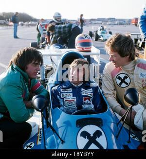Der Rennfahrer und Prinz von Bayern Leopold unerhält sich mit zwei Freunden kurz bevor er losfährt, Deutschland ca. 1980er Jahre. - Stock Photo