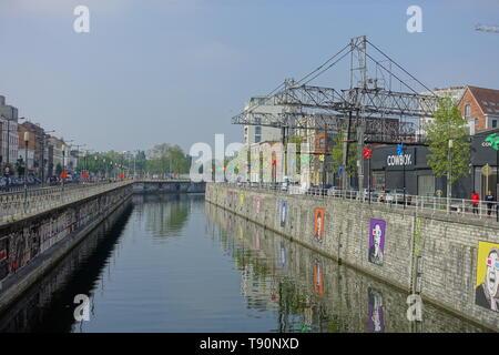Brüssel, Bruxelles, Molenbeek, Canal de Charleroi - Brussels Molenbeek, Charleroi Canal, the Brussels canal divides the municipality of Brussels-City  - Stock Photo