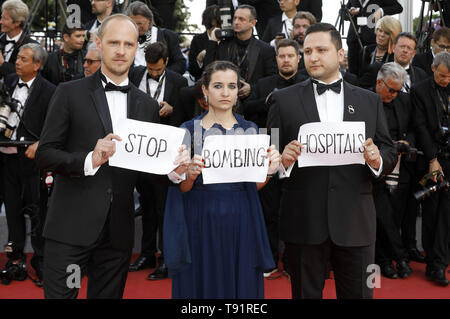 Cannes, France. 15th May, 2019. Activists attending the 'Les Misérables' premiere during the 72nd Cannes Film Festival at the Palais des Festivals on May 15, 2019 in Cannes, France | usage worldwide Credit: dpa/Alamy Live News - Stock Photo