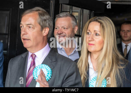 Brentwood, Essex, UK. 16th May 2019. 16th May 2019 Nigel Farage of The Brexit Party speaks at a Euro Election rally at the TOWIE Sugar Hut, Brentwood, Essex, UK. 16th May 2019. Micky Norcross of TOWIE and owner of the Suger hut stands behind Farage June Mummery on right of pictureCredit: Ian Davidson/Alamy Live News - Stock Photo