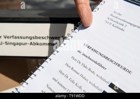 Karlsruhe, Germany. 16th May, 2019. Roman Huber, Federal Executive Director for More Democracy, points to the constitutional complaint before the Federal Constitutional Court against the EU trade agreement with Singapore. The complaint by Foodwatch, Mehr Demokratie and Campact is supported by more than 13,000 citizens. Critics are primarily disturbed by the planned EU committees, which are to take independent decisions - for example on food labelling or the liberalisation of services. Credit: Fabian Sommer/dpa/Alamy Live News - Stock Photo