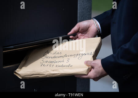 Karlsruhe, Germany. 16th May, 2019. Roman Huber, Federal Executive Director for More Democracy, files a constitutional complaint before the Federal Constitutional Court against the EU trade agreement with Singapore. The complaint by Foodwatch, Mehr Demokratie and Campact is supported by more than 13,000 citizens. Critics are primarily disturbed by the planned EU committees, which are to take independent decisions - for example on food labelling or the liberalisation of services. Credit: Fabian Sommer/dpa/Alamy Live News - Stock Photo