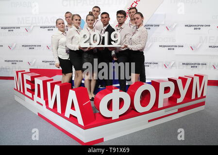 Sochi, Russia. 16th May, 2019. SOCHI, RUSSIA - MAY 16, 2019: Participants pose ahead of the plenary meeting at the 6th Independent Local and Regional Media Forum held by the All-Russian People's Front. Mikhail Metzel/TASS Credit: ITAR-TASS News Agency/Alamy Live News - Stock Photo