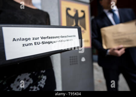 Karlsruhe, Germany. 16th May, 2019. Nicola Quarz, lawyer at Mehr Demokratie, and Roman Huber, member of the Swiss Federal Executive Committee for More Democracy, are filing a constitutional complaint against the EU's trade agreement with Singapore before the Federal Constitutional Court. The complaint by Foodwatch, Mehr Demokratie and Campact is supported by more than 13,000 citizens. Credit: Fabian Sommer/dpa/Alamy Live News - Stock Photo