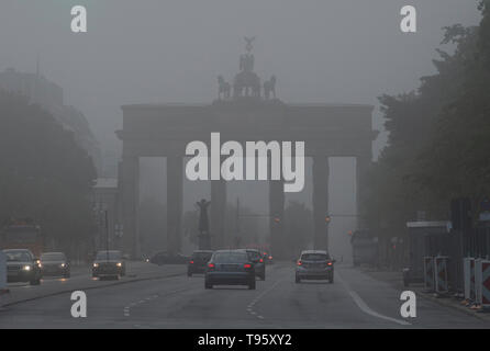 Berlin, Germany. 17th May, 2019. Thick fog envelops the Brandenburg Gate in the morning. Credit: Paul Zinken/dpa/Alamy Live News