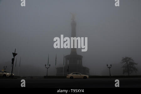Berlin, Germany. 17th May, 2019. Thick fog envelops the Victory Column in the morning. Credit: Paul Zinken/dpa/Alamy Live News