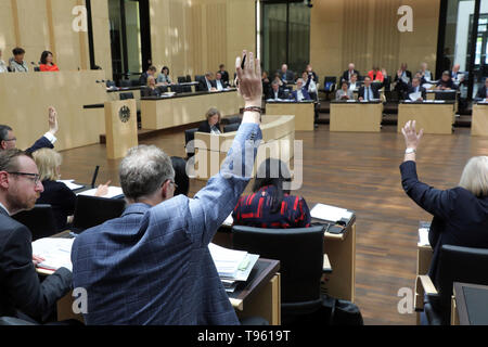 Berlin, Germany. 17th May, 2019. Members of Parliament vote in the Federal Council on motions submitted for amendments to laws or draft laws. Credit: Wolfgang Kumm/dpa/Alamy Live News - Stock Photo