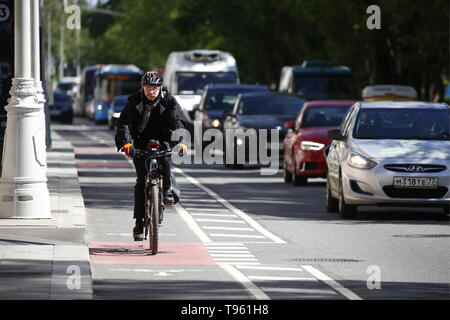 Moscow, Russia. 17th May, 2019. MOSCOW, RUSSIA - MAY 17, 2019: A man riding a bike on Cycle to Work Day. Artyom Geodakyan/TASS Credit: ITAR-TASS News Agency/Alamy Live News - Stock Photo