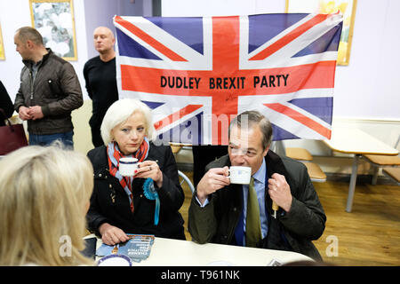 Dudley, West Midlands, England, UK - Friday 17th May 2019 – Nigel Farage stops for a drink with party workers in a cafe during the Brexit Party tour event at Dudley, West Midlands ahead of next weeks European Parliament elections – The town of Dudley voted 67% in favour of leaving the EU in the 2016 referendum. Photo Steven May / Alamy Live News - Stock Photo